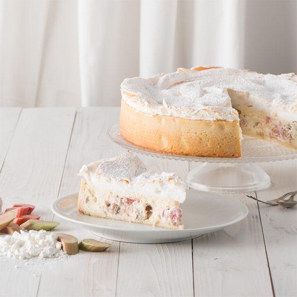 Marusin cremiger Kaesekuchen mit Rhabarber und Baiser Stueck